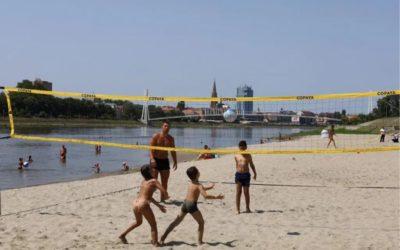 Na Kopiki postavljeno igralište za odbojku, koševi za basket i zaštitna mreža za kupače